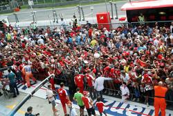 Kimi Raikkonen, Ferrari signeert handtekeningen voor de fans