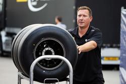 Механик Lotus F1 Team с шинами Pirelli
