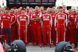 Марк Жене, тестовый пилот Ferrari, Кими Райкконен, Ferrari, Маурицио Арривабене, руководитель команды Ferrari, Себастьян Феттель, Ferrari и Эстебан Гутьеррес, тестовый и резервный пилот Ferrari на командном фото