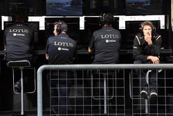 Пол Сиби, менеджер команды Lotus F1 Team, Мэттью Картер, генеральный директор Lotus F1 Team, Федерико Гастальди, заместитель руководителя Lotus F1 Team и Ромен Грожан, Lotus F1 Team на пит-уолл