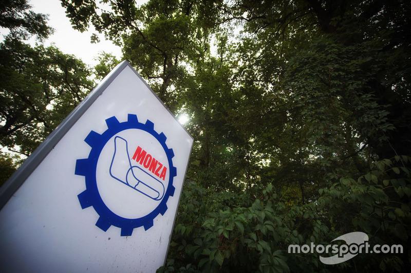 Monza signo en el parque