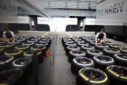 Ingeniero de McLaren con los neumáticos Pirelli