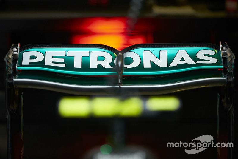 Mercedes AMG F1 задне крило в деталях