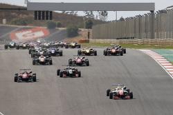 Start: Jake Dennis, Prema Powerteam Dallara Mercedes-Benz, in Führung