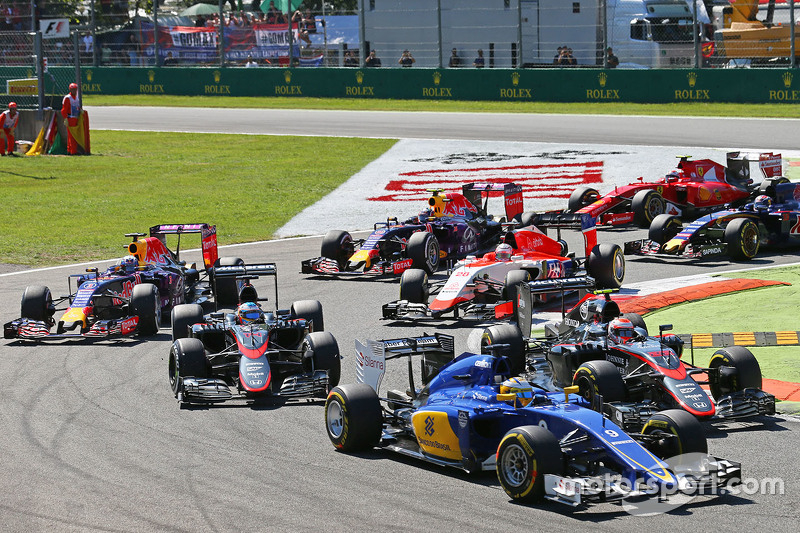 Marcus Ericsson, Sauber C34, und Jenson Button, McLaren MP4-30, am Start
