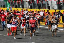 Fans gehen auf die Strecke und rennen zum Podium