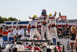 Переможці #38 Jota Sport Gibson 015S-Nissan: Сімон Долан, Філіпе Альбукерке, Гаррі Тінкнелл святкува