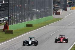 Нико Росберг, Mercedes AMG F1 W06 и Кими Райкконен, Ferrari SF15-T