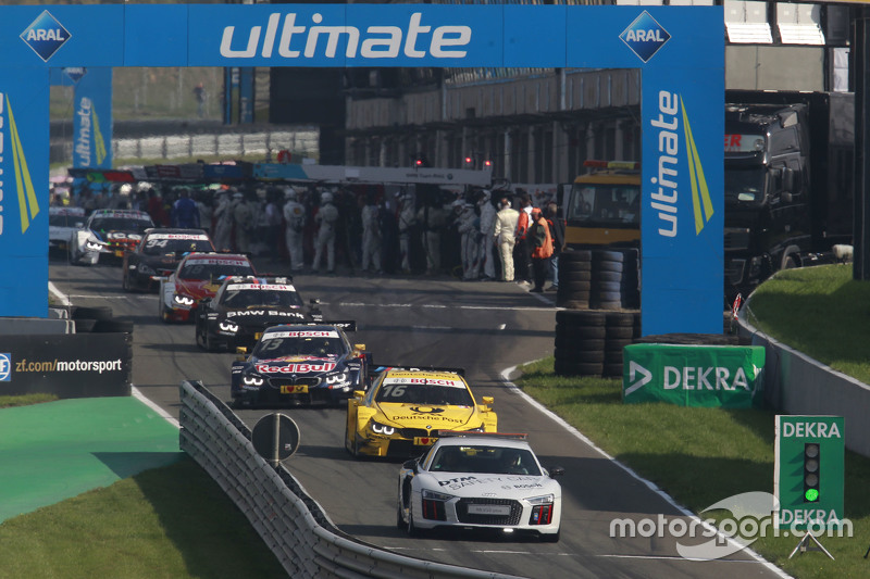 Safety Car leads the field through the pits
