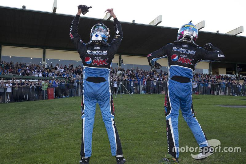 Марк Вінтерботтом та Стів Оуен, Prodrive Racing Australia Ford святкування перемоги