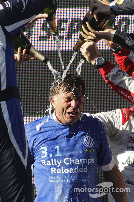 Jost Caputo krijgt champagnedouche