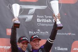 Para juara balapan #17 TF Sport Aston Martin Vantage GT3: Derek Johnston, Matt Bell