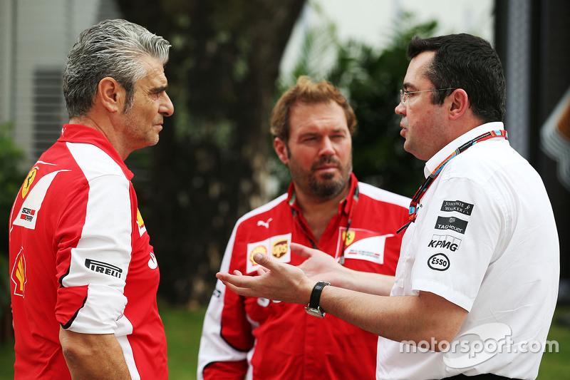 Maurizio Arrivabene, Ferrari-Teamchef, mit Gino Rosato, Ferrari, und Eric Boullier, McLaren-Rennleit