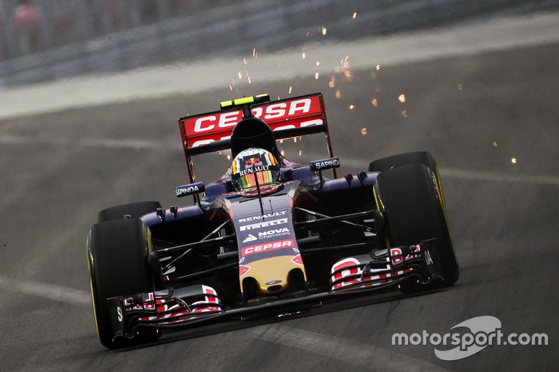 Карлос Сайнс мол., Scuderia Toro Rosso STR10 посилає іскри