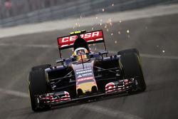 Carlos Sainz Jr, Scuderia Toro Rosso STR10 met vonken