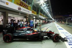 Fernando Alonso, McLaren MP4-30 deja los pits