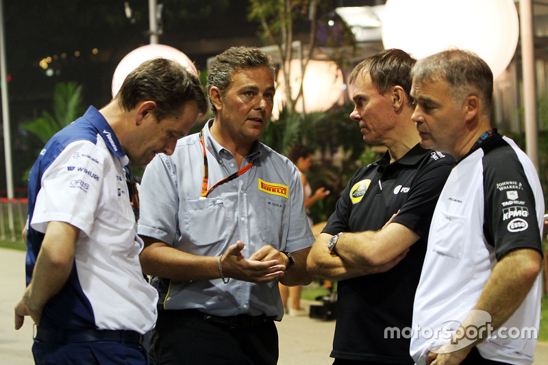 Steve Nielsen, Williams-Sportdirektor, mit Mario Isola, Pirelli-Manager; Alan Permane, Lotus F1 Team