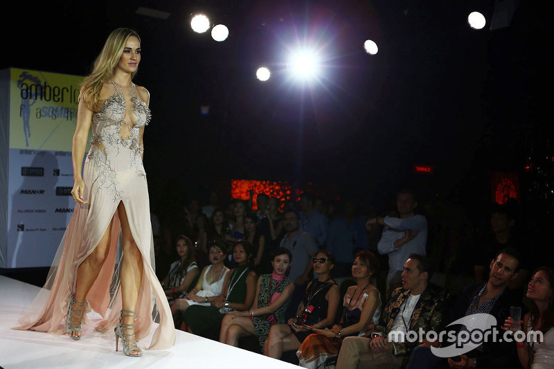 Кармен Хорда, Lotus F1 Team гонщик розвитку at the Amber Lounge Fashion Show