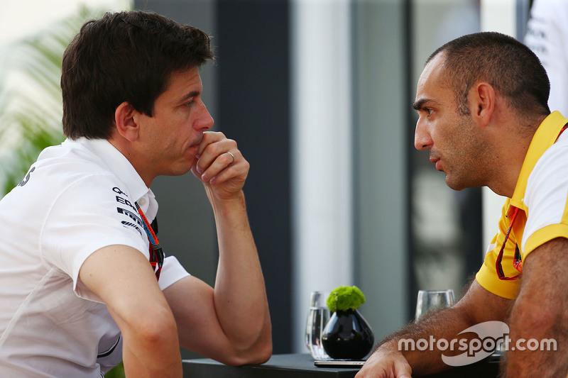 Toto Wolff, Mercedes AMG F1 sócio e diretor-executivo com Cyril Abiteboul, Renault Sport F1 diretor