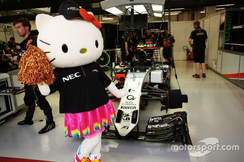 Hello Kitty mit dem Sahara Force India F1 Team
