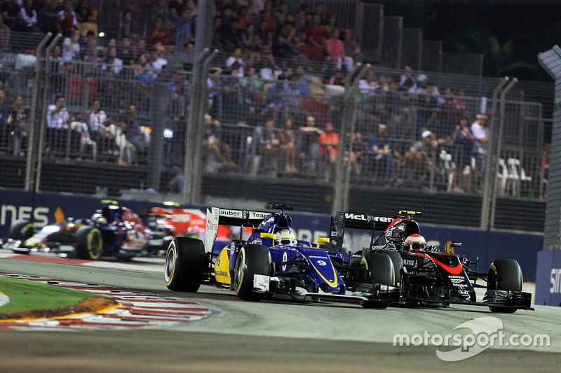 Маркус Ерікссон, Sauber C34 та Дженсон Баттон, McLaren MP4-30 - боротьба за позиції