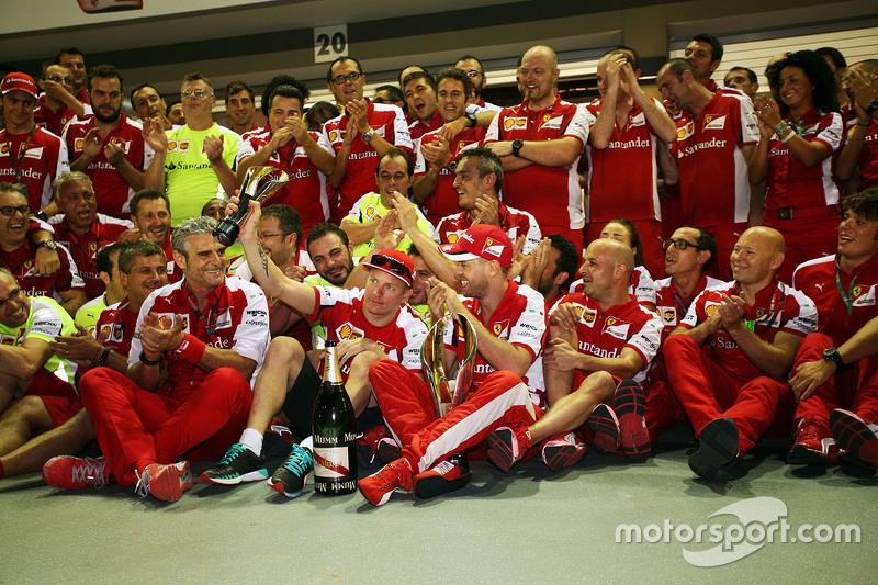 1. Sebastian Vettel, Ferrari, und Teamkollege Kimi Räikkönen, Ferrari, feiern mit dem Team