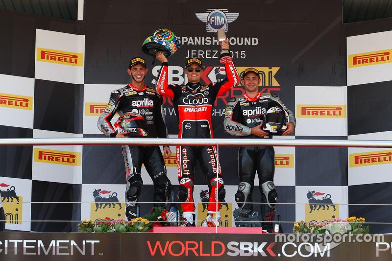 Podium 2. Rennen: 2. Jordi Torres, Aprilia Racing Team; 1. Chaz Davies, Ducati Team; 3. Leon Haslam, Aprilia Racing Team
