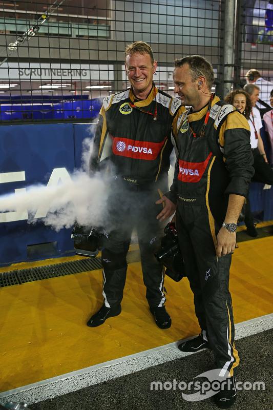 Lotus F1 Team mechanics enjoy some dry ice on the grid