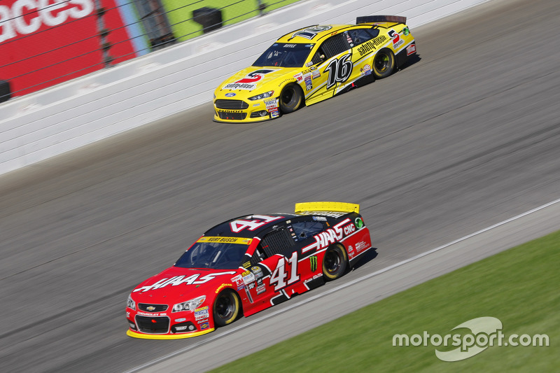 Kurt Busch, Stewart-Haas Racing Chevrolet; Greg Biffle, Roush Fenway Racing Ford