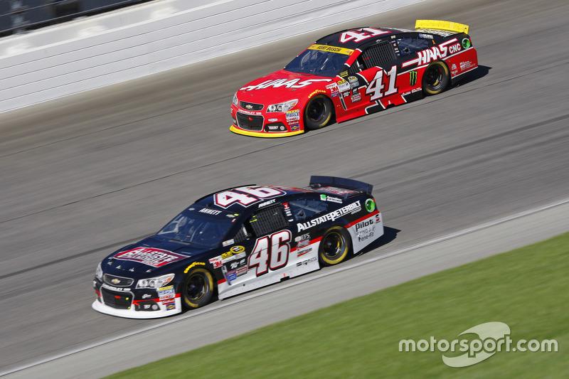 Michael Annett, HScott Motorsports Chevrolet ve Kurt Busch, Stewart-Haas Racing Chevrolet