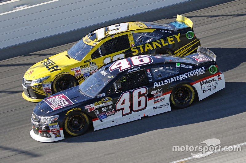 Michael Annett, HScott Motorsports Chevrolet; Carl Edwards, Joe Gibbs Racing Toyota