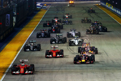 Старт: Себастьян Феттель, Ferrari SF15-T лідирує