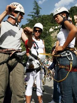 Formula Unas girls in a mountain climbing expedition: Mina Zakipour and Paola Ramireez