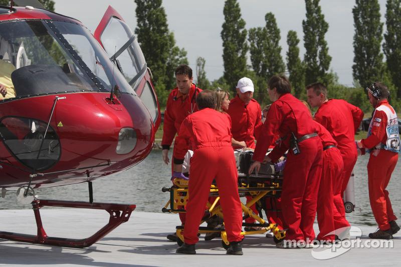 ...и доставили к медицинскому вертолету, чтобы отправить поляка в ближайшую больницу.