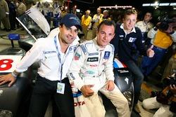Stéphane Sarrazin fête sa pole position provisoire avec ses coéquipiers Pedro Lamy et Sébastien Bourdais