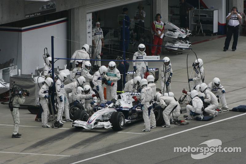 Себастьян Феттель, BMW Sauber F1 Team, на піт-стопі