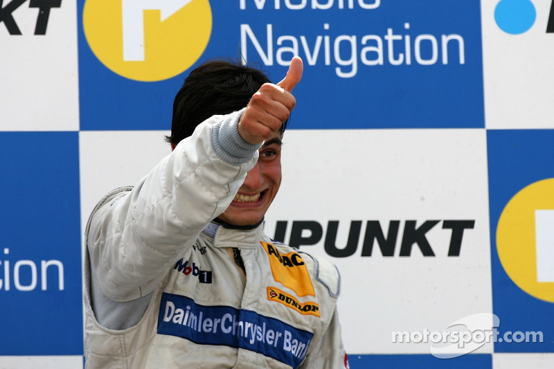 Podium : le vainqueur de la course Bruno Spengler savoure