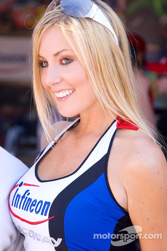 Une jolie jeune femme de Infineon Raceway