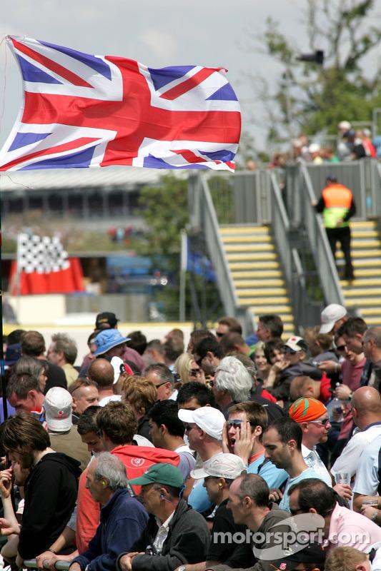 Des fans sur le circuit