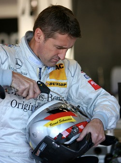 Bernd Schneider, Team HWA AMG Mercedes, Portrait, cleaning his helmet / virsor