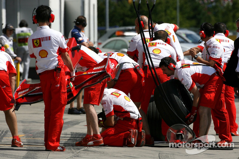 Команда механіків Scuderia Ferrari