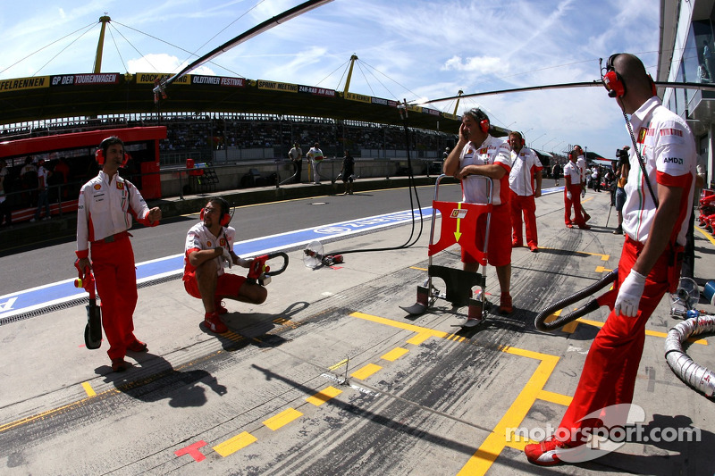 Механіки Scuderia Ferrari