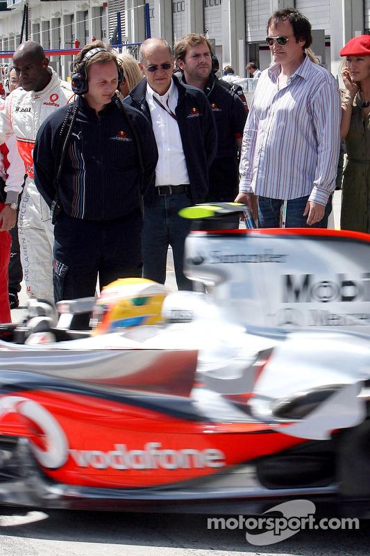 Quentin Tarantino, Director de cine mira a Lewis Hamilton, McLaren Mercedes dejar el garaje