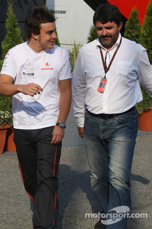 Фернандо Алонсо, McLaren Mercedes та Луіс Гарсія Абад, менеджер іспанця, виходять з автобусу Берні Екклстоуна