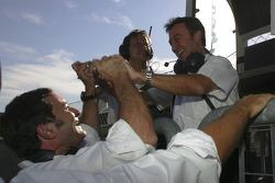 Адриан Кампос, руководитель команды празднует поул-позицию Джорджио Пантано