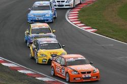 Colin Turkington, Team RAC, BMW 320si WTCC devant Yvan Muller, SEAT Sport, Seat Leon