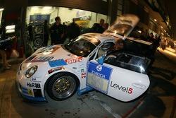 Pitstop for #99 Porsche Cayman RS: Stefan Beil, Norbert Fischer, Daniel Zils, Pierre Kaffer