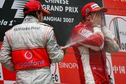 Второе место - Фернандо Алонсо, McLaren Mercedes и первое место - Кими Райкконен, Scuderia Ferrari