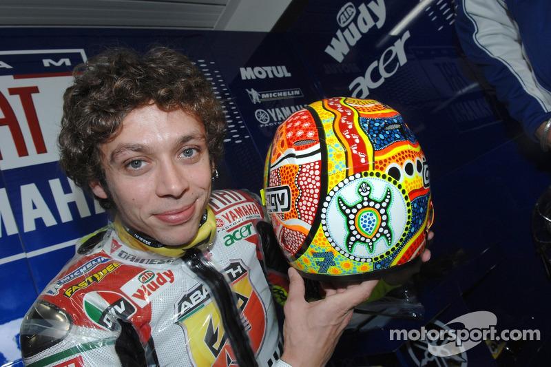 Valentino Rossi muestra su casco especial