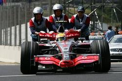 Льюис Хэмилтон, McLaren Mercedes, MP4-22 толкают назад в закрытый парк